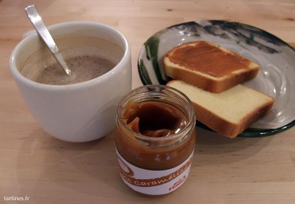 Petit-déjeuner avec des tartines de lait caramélisé