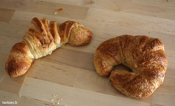 Croissant au beurre à gauche, croissant nature à droite