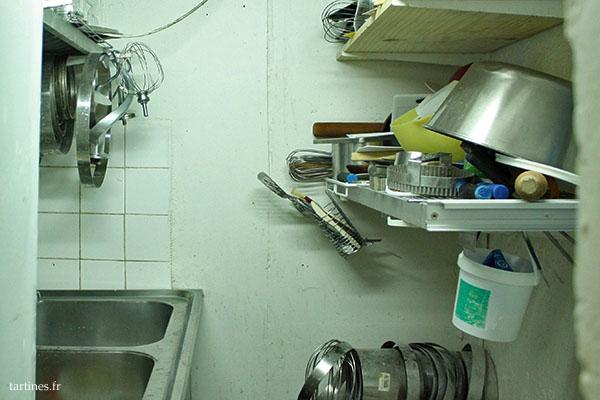 Encore quelques outils, et l'indispensable évier pour se nettoyer. Le sous-sol est couvert de farine, comme dans chaque boulangerie!