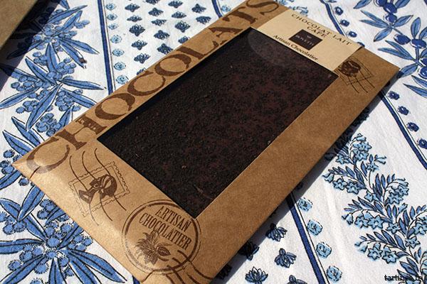 Tablette de chocolat au lait saupoudrée de café