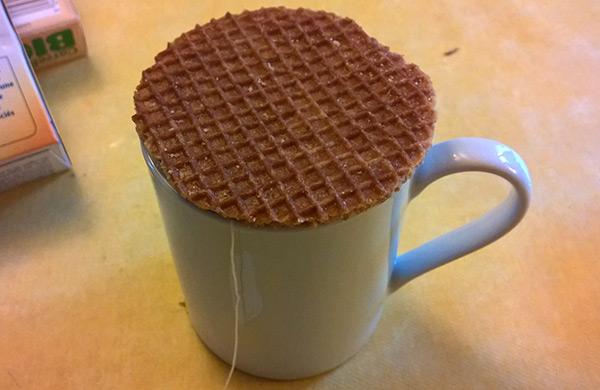 Tradition néerlandaise : poser sa gaufre sur sa tasse pour la réchauffer.